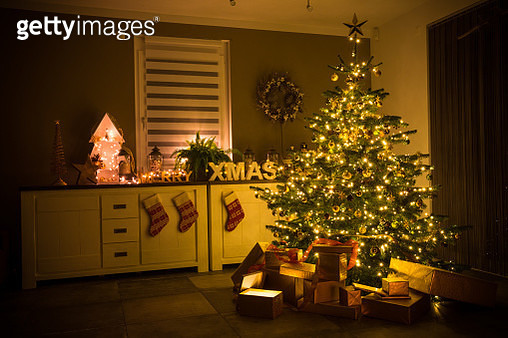 christmas tree with baubles, lights and presents - gettyimageskorea