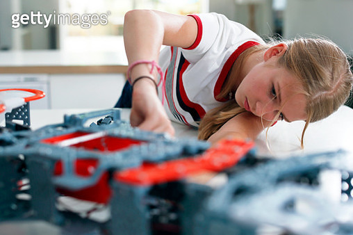 Girls building a robot - gettyimageskorea