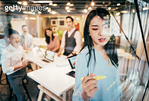 Asian Businesswoman presenting her ideas for company development - gettyimageskorea