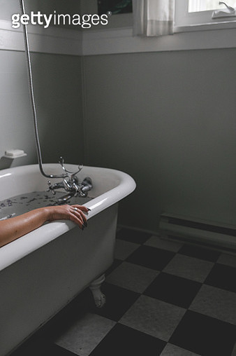 A female arm resting on edge of a tub - gettyimageskorea