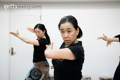 Female dancers who practice flamenco with members together - gettyimageskorea