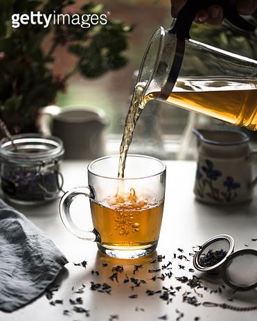 pouring tea - gettyimageskorea