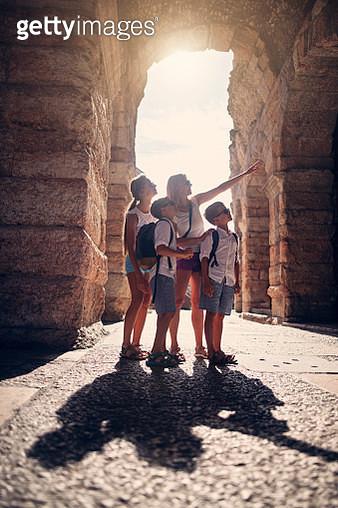 Family sightseeing Verona, Italy - gettyimageskorea