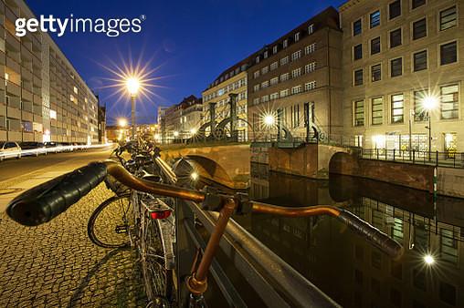 Rusty bicycle handlebars near Spreekanal and Jungfernbrücke (Berlin-Mitte, Germany) - gettyimageskorea