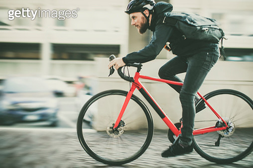 Bicycle messenger: commuter with road bicycle in the city - gettyimageskorea