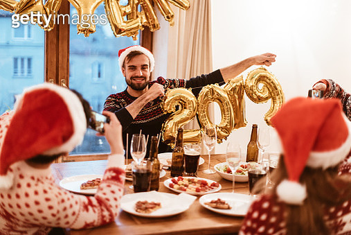 friends celebrate the new year at home - gettyimageskorea