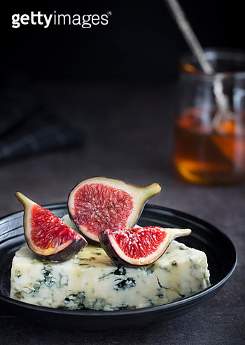 Blue cheese with figs & honey - gettyimageskorea