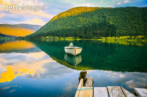 Empty Boat tied to the dock with a rope on the Calm Fjord - gettyimageskorea