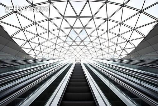 escalators de métro, symétriques, triangles, formes, point de fuite, géométrique, géométrie - gettyimageskorea
