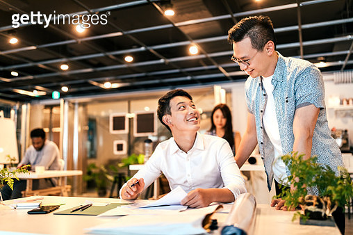 Young Asian entrepreneur mentoring his new colleague - gettyimageskorea