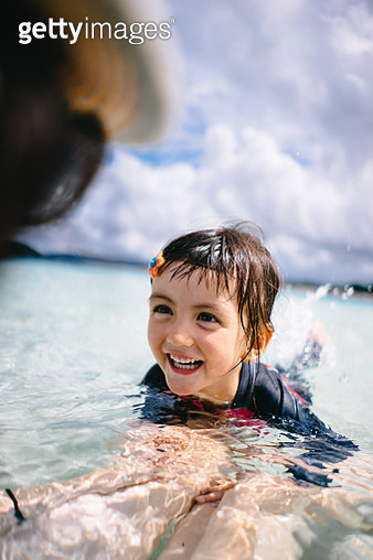 Little girl having swimming lesson in shallow tropical water, Okinawa - gettyimageskorea