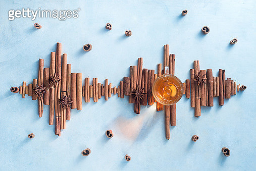 Sound wave made out of cinnamon sticks. Teacup flat lay, the sound of cooking concept - gettyimageskorea