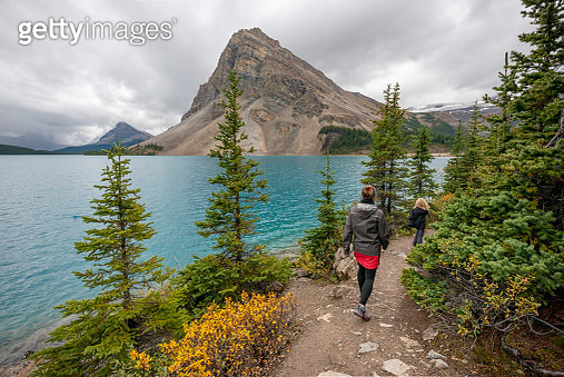Bow Lake is a small lake in western Alberta, Canada. It is located on the Bow River, in the Canadian Rockies, at an altitude of 1920 m. - gettyimageskorea