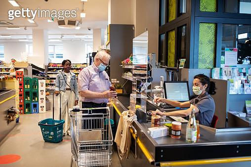 Senior man buying groceries in supermarket - gettyimageskorea