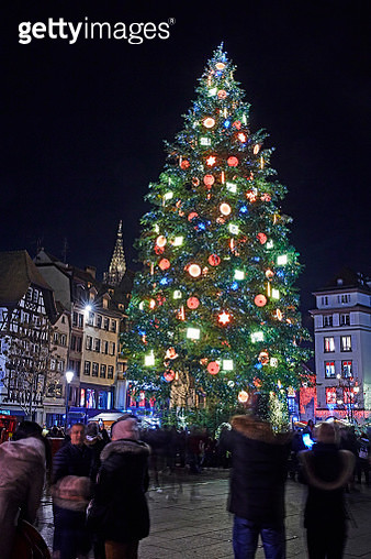 Christmas Tree and Christmas market at 'Place Kleber' in Strasbourg at night - gettyimageskorea