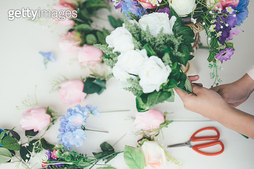 Cropped Hands Of Woman Making Bouquet At Table - gettyimageskorea