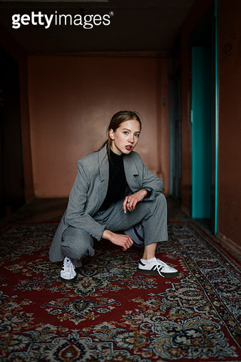 woman in business suit sitting on the carpet near the elevator - gettyimageskorea