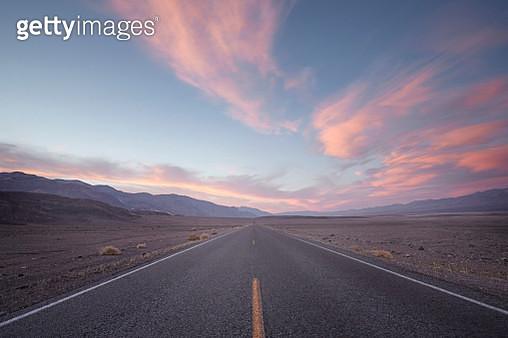 straight road in desert at sunset - gettyimageskorea
