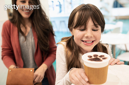 Mother and daughter ordering coffee with chocolate paw foam in cat cafe - gettyimageskorea