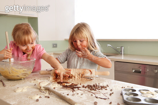 two  young girls cooking - gettyimageskorea