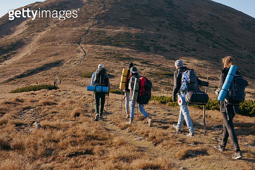 a group of travelers rises up the road to the mountain - gettyimageskorea