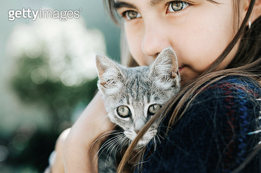 Portrait of child with kitten - gettyimageskorea
