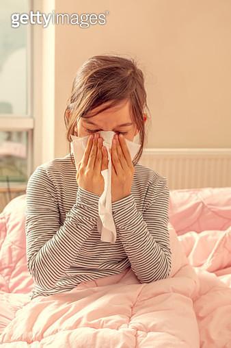Child sneezing - gettyimageskorea