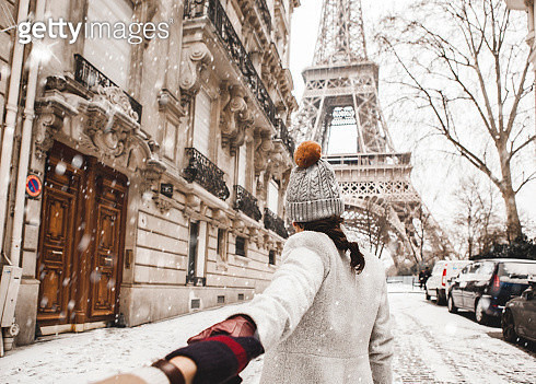 Woman walking to the Eiffel tower with snow - gettyimageskorea