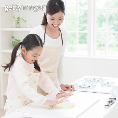 Mother And Daughter Preparing Food - gettyimageskorea