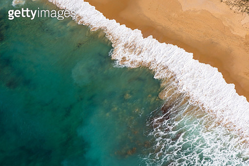 Aerial view of a beach in Caloundra, Sunshine Coast with turquoise coloured water, sea foam and golden sand - gettyimageskorea