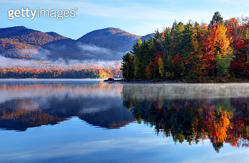 Early morning autumn in the Green Mountain National Forest in Vermont. Photo taken on a calm foggy colorful morning during the peak autumn foliage season. Vermont's beautiful fall foliage ranks with the best in New England bringing out some of  the most c - gettyimageskorea