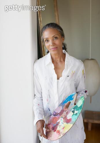 Female painter holding paint palette - gettyimageskorea