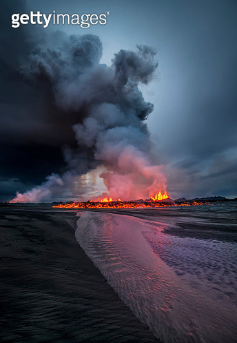 Lava and plumes-near Barbarbunga Volcano.  August 29, 2014, a fissure eruption started in Holuhraun at the northern end of a magma intrusion that had moved progressively north, from the Bardarbunga volcano. Bardarbunga is a stratovolcano located under Vat - gettyimageskorea