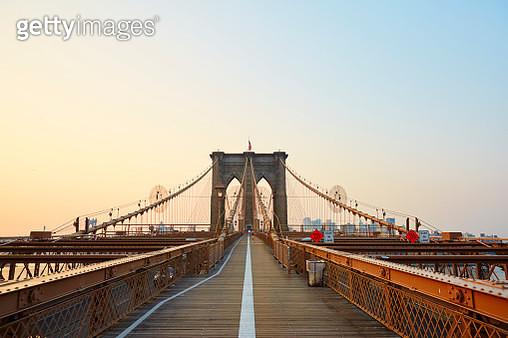 Brooklyn Bridge at sunrise. - gettyimageskorea