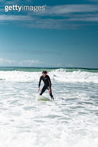 surfer running on the beach - gettyimageskorea