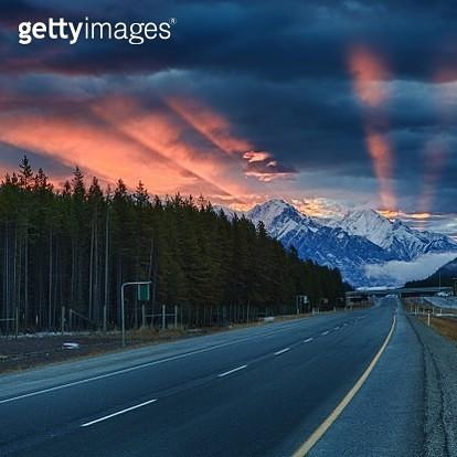 Sun rays illuminate the sky, Banff National Park, Canadian Rockies, Alberta - gettyimageskorea
