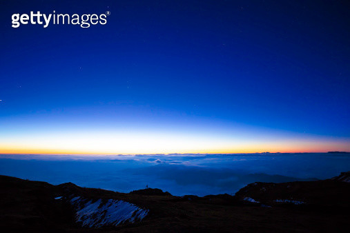 "climb up top of ""cattle's back"" mountain with 3600 meters to take pictures.kham,sichuan,china - gettyimageskorea"