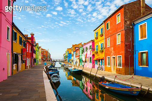Picturesque Burano in the Venetian lagoon is known for its brightly colored fishermen's houses and its casual eateries serving seafood from the lagoon. - gettyimageskorea