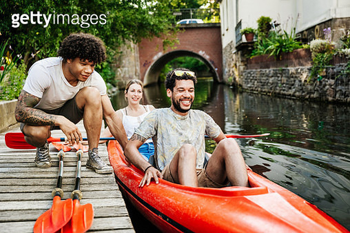 Friends Getting Ready To Go Paddling In Kayak - gettyimageskorea