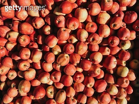Fresh red apples at a market stall at the farmer's market - gettyimageskorea
