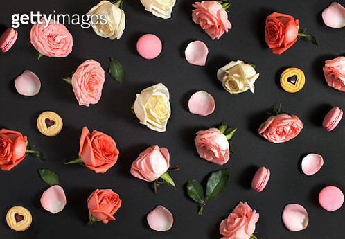Flay lay roses and macaroon on black background. - gettyimageskorea