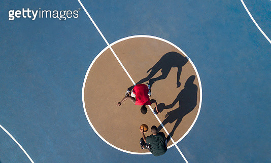 Aerial view of players on a blue and brown basketball court - gettyimageskorea