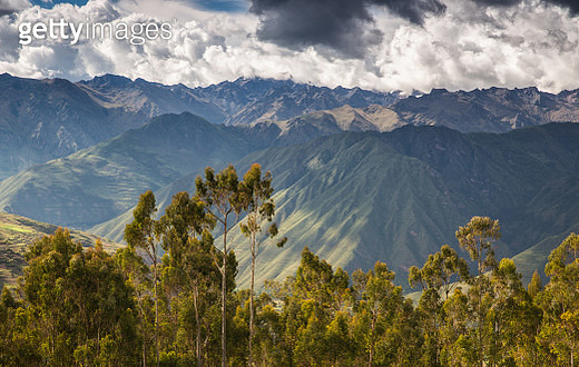 The landscape of the sacred valley with the Mount Veronica Mountain range in the background. - gettyimageskorea