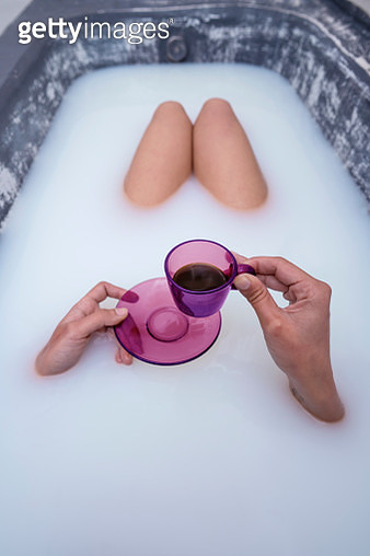 woman hand drinking coffee in pink cup at milk bathtub - gettyimageskorea