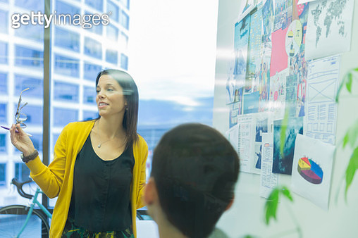Businesswoman discussing project with colleagues - gettyimageskorea