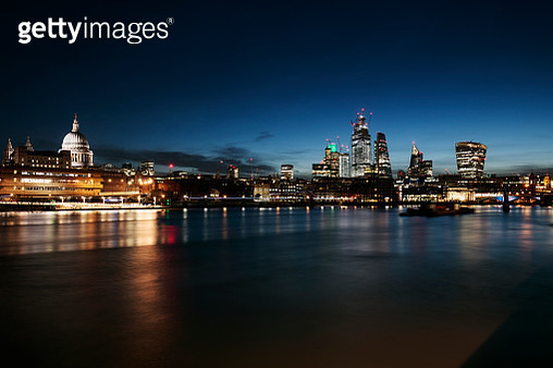 UK, London, view of St Paul's cathedral, the Millennium Bridge and the financial district against clear blue sky at dawn - gettyimageskorea
