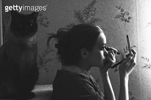 Woman applying mascara - gettyimageskorea