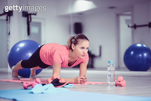 Cute Female Athlete Making Planks At The Gym - gettyimageskorea