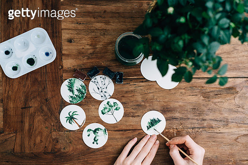 Cropped Hands Of Woman Doing Aquarelle At Wooden Table - gettyimageskorea