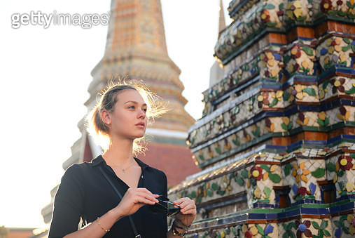 European tourist beautiful woman is visiting at Wat Pho in Bangkok, Thailand. - gettyimageskorea